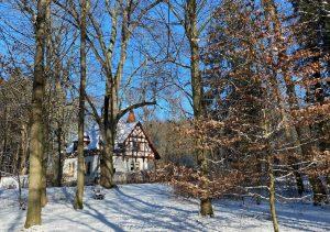 Torwächterhaus am Haupteingang zum Lenné-Park im Winter