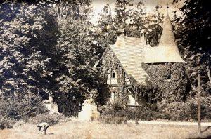 Torwächterhaus am Haupteingang zum Lenné-Park um 1920 mit den Hirschskulpturen von Christian Daniel Rauch